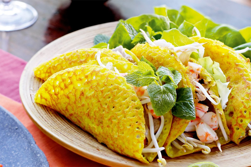 Banh Khoai (stuffed crepe served with peanut sauce)
